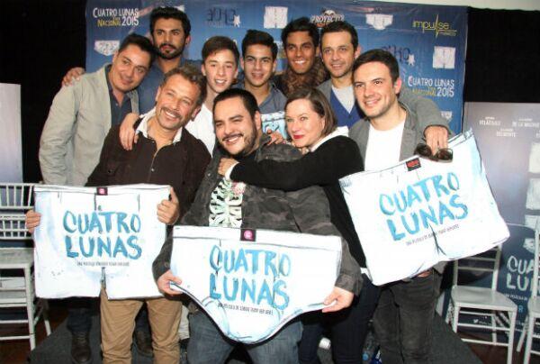 Juan Manuel Bernal, el director Sergio Tovar Velarde y el elenco de la película Cuatro Lunas.