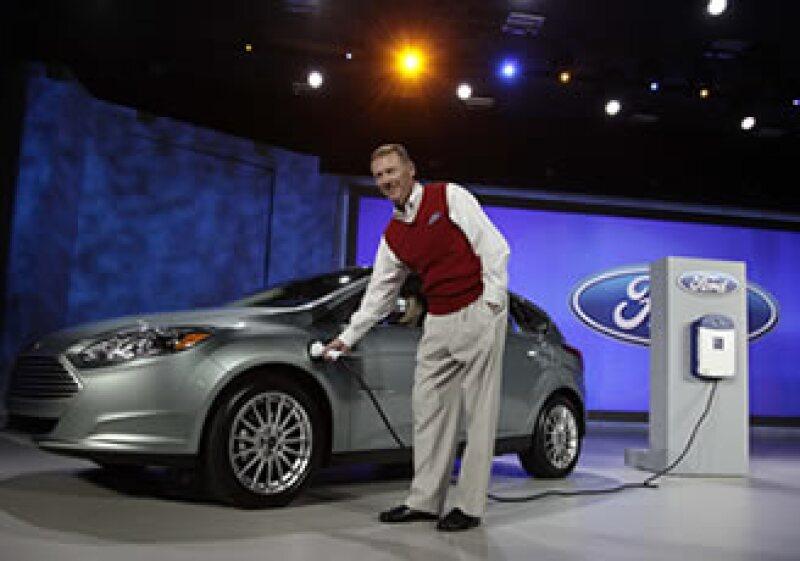 Alan Mulally, presidente de Ford, demuestra cómo funciona el Focus eléctrico en la Feria de Las Vegas. (Foto: AP)