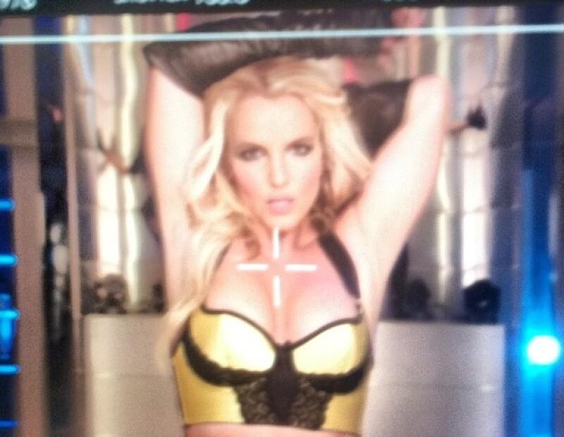 La cantante decidió compartir con sus fans imágenes de su nuevo video donde luce su cuerpo en un pequeño bikini.
