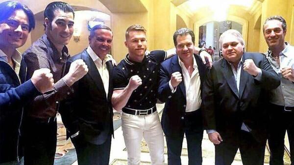 """El """"Sol de México"""" celebró con sus amigos el triunfo del boxeador mexicano."""