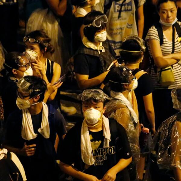 Otros están repartiendo mascarillas para ayudar a protegerse contra los gases lacrimógenos, y las abuelas ofrecen paraguas sobrantes.