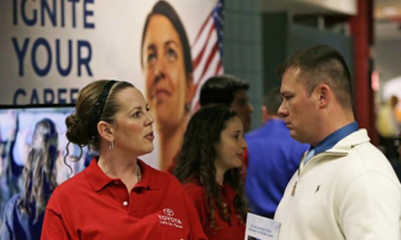 Analistas habían considerado que los pedidos iniciales de beneficios por desempleo bajarían a 310,000 durante la semana pasada. (Foto: Reuters)