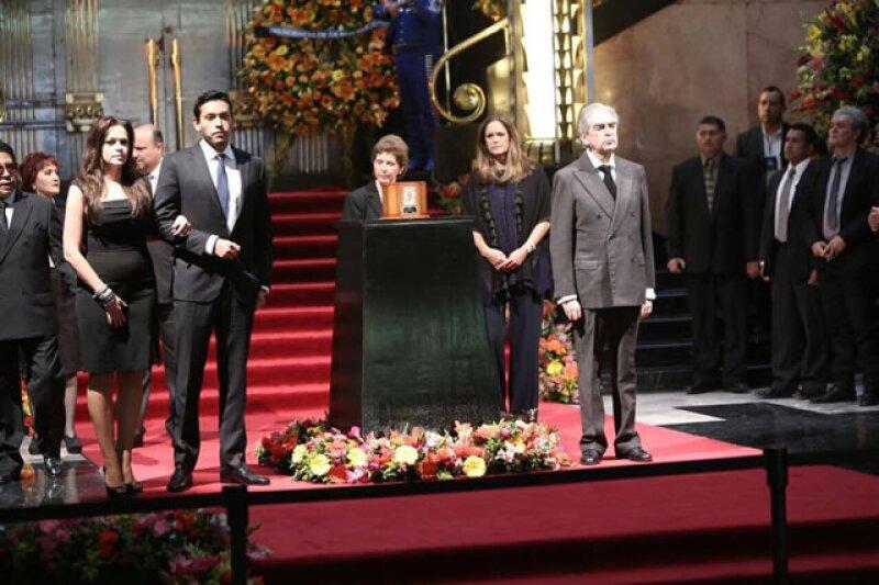 De acuerdo con el periodista Miguel Ángel Maldonado, dos fuentes cercanas a la familia confirmaron que los restos de El Divo nunca llegaron a México para el homenaje.