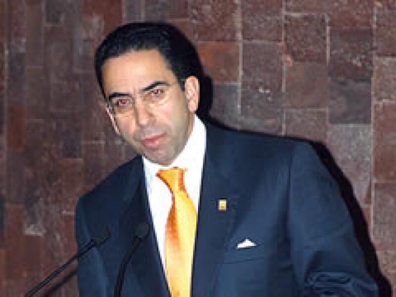 El secretario del Trabajo, Javier Lozano, dijo que las empresas de Slim hacen cobros excesivos a la población. (Foto: Notimex)