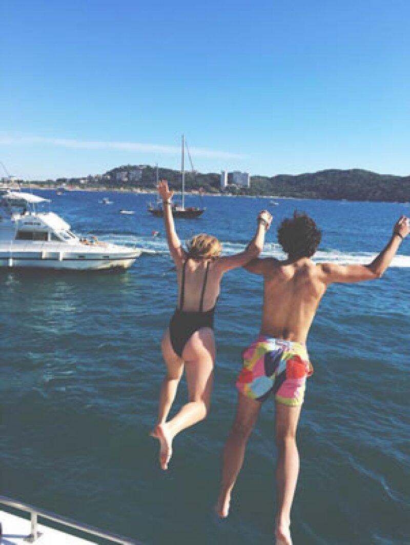`Eres mi todo`, escribió ella en esta imagen en la que aparecen saltando al mar desde un yate.