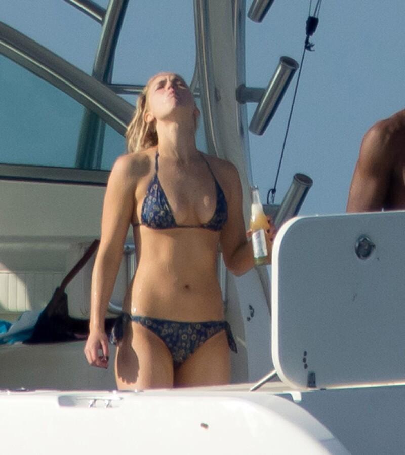 Durante el viaje en bote, disfrutó de una cerveza.