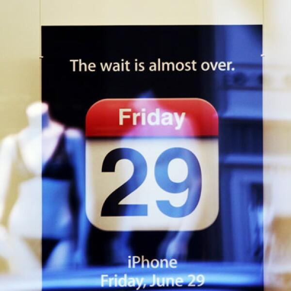 El 29 de junio de 2007 se lanzó a la venta en Estados Unidos el primer iPhone de Apple, con AT&T como operador exclusivo.