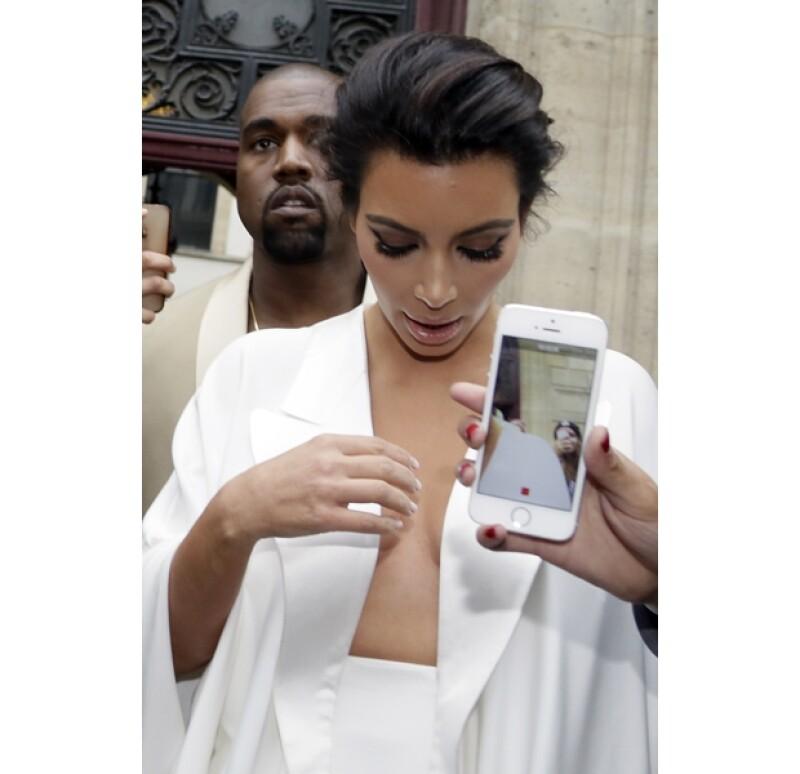 Muchos espectadores buscaban tomarse una foto con la guapa socialité.