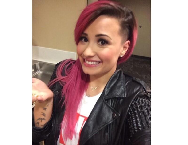La cantante decidió una vez más cambiar su look, además de traer su pelo en tono rosa, ahora optó por raparse el lado izquierdo de su cabeza.