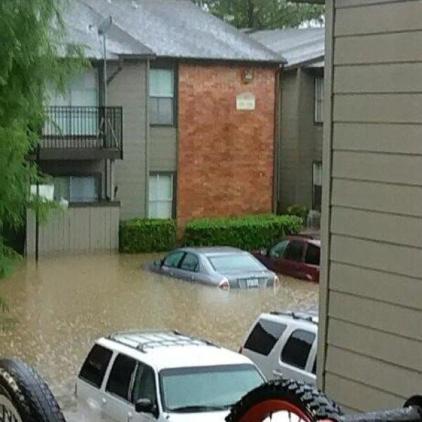 Automóviles se vieron afectados por los altos niveles de agua.