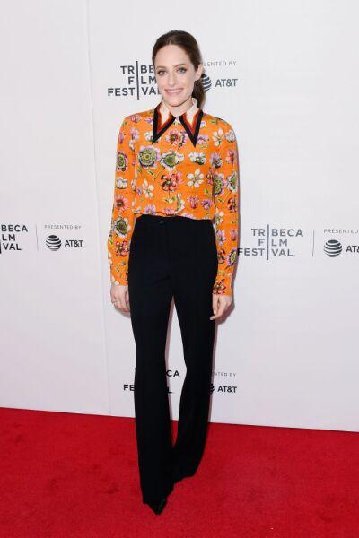 """Carly Chaikin asistió al pandel de Mr. Robot del """"Tribeca Film Festival"""" con una camisa de estampado floral Gucci"""