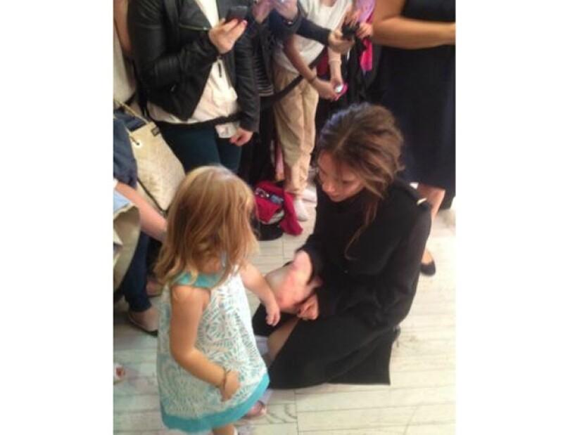 La hija de Victoria y David Beckham acompañó a su mamá a Dublín a la presentación de su ropa y ahí sorprendió a los asistentes cuando caminó junto a la cantante.