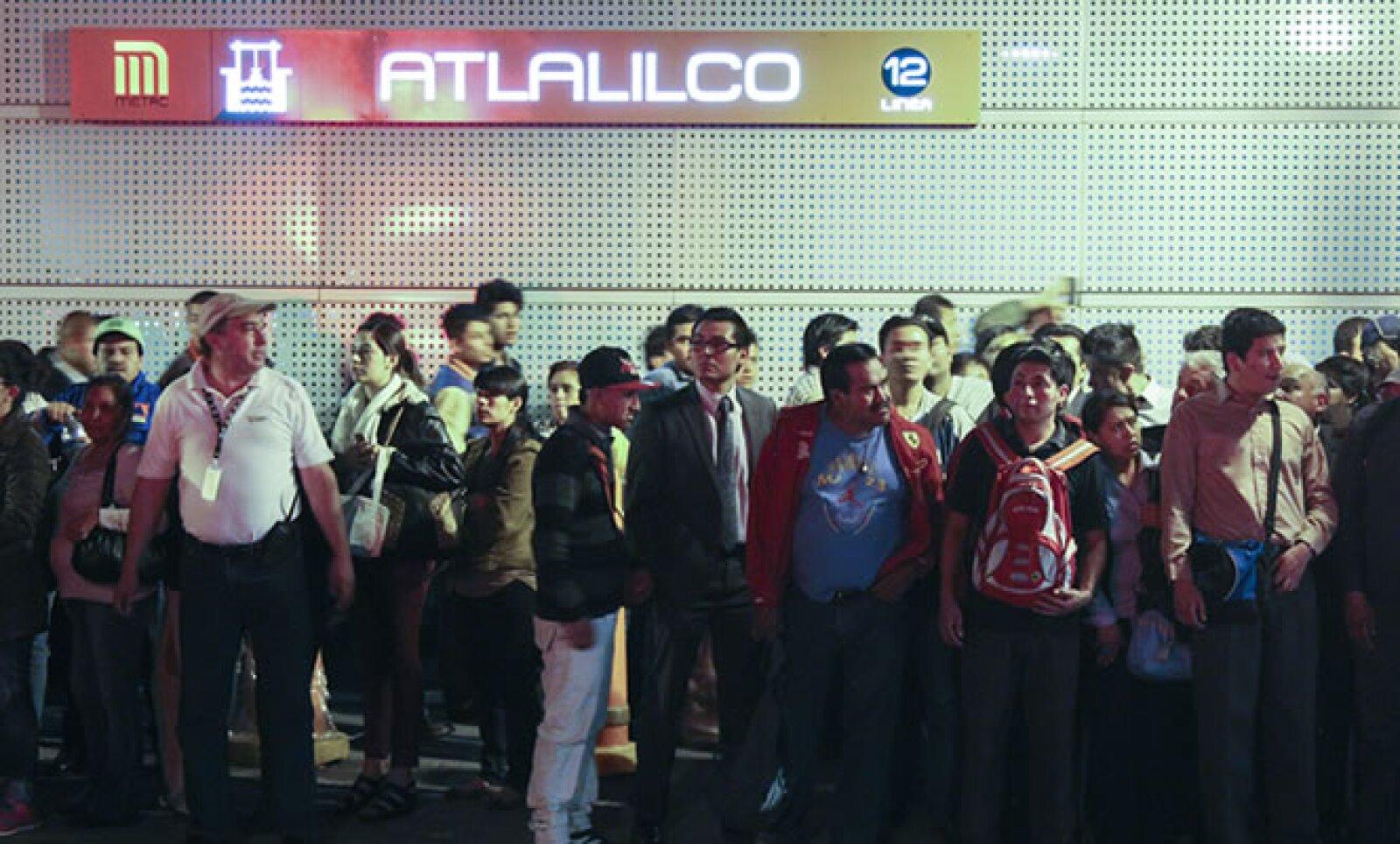 Los pasajeros se acumulaban en la estación Atlalilco para lograr subir a los trenes que solo viajan por seis estaciones de la Línea 12.