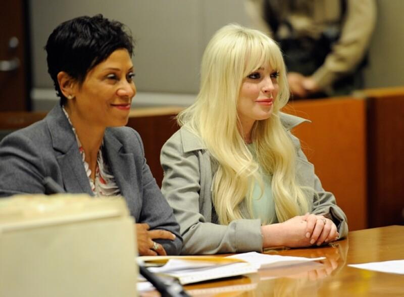 Luego de haber despedido a Shawn Holley, quien ha logrado que la actriz no pise la cárcel en varias ocasiones, ahora se sabe que le quedó a deber buena parte de sus honorarios.