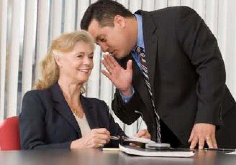 Seguir y propiciar los rumores en el trabajo afecta tu imagen profesional, según los expertos. (Foto: Jupiter Images)