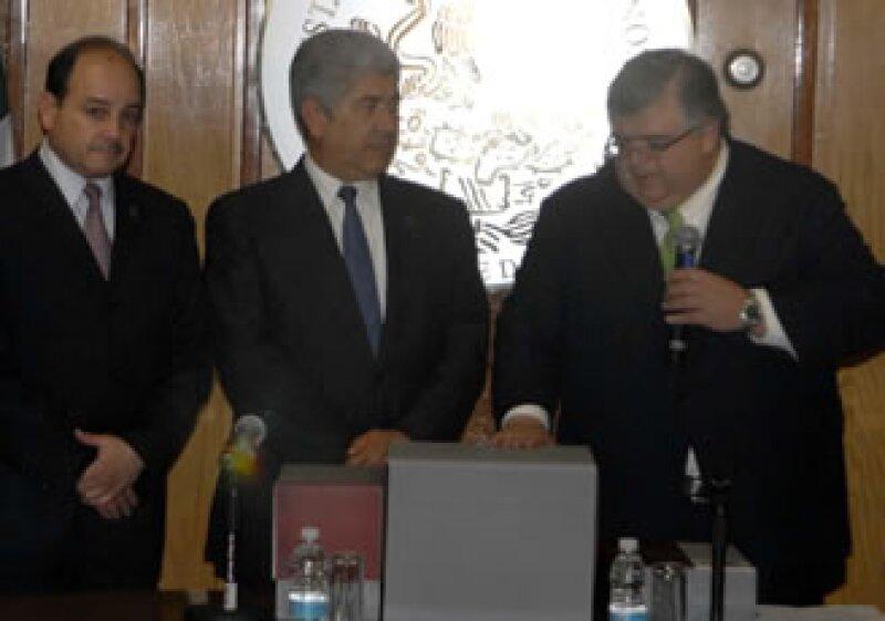 Carstenes (der) entregó el paquete económico a la Cámara de Diputados. (Foto: Notimex)