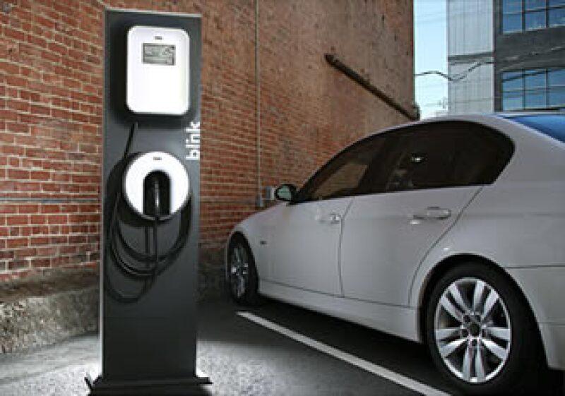 Se puede llenar un auto como el Leaf de Nissan, que da unos 160 kilómetros, con sólo 1.60 dólares, poco margen de ganancia. (Foto: Cortesía Fortune)