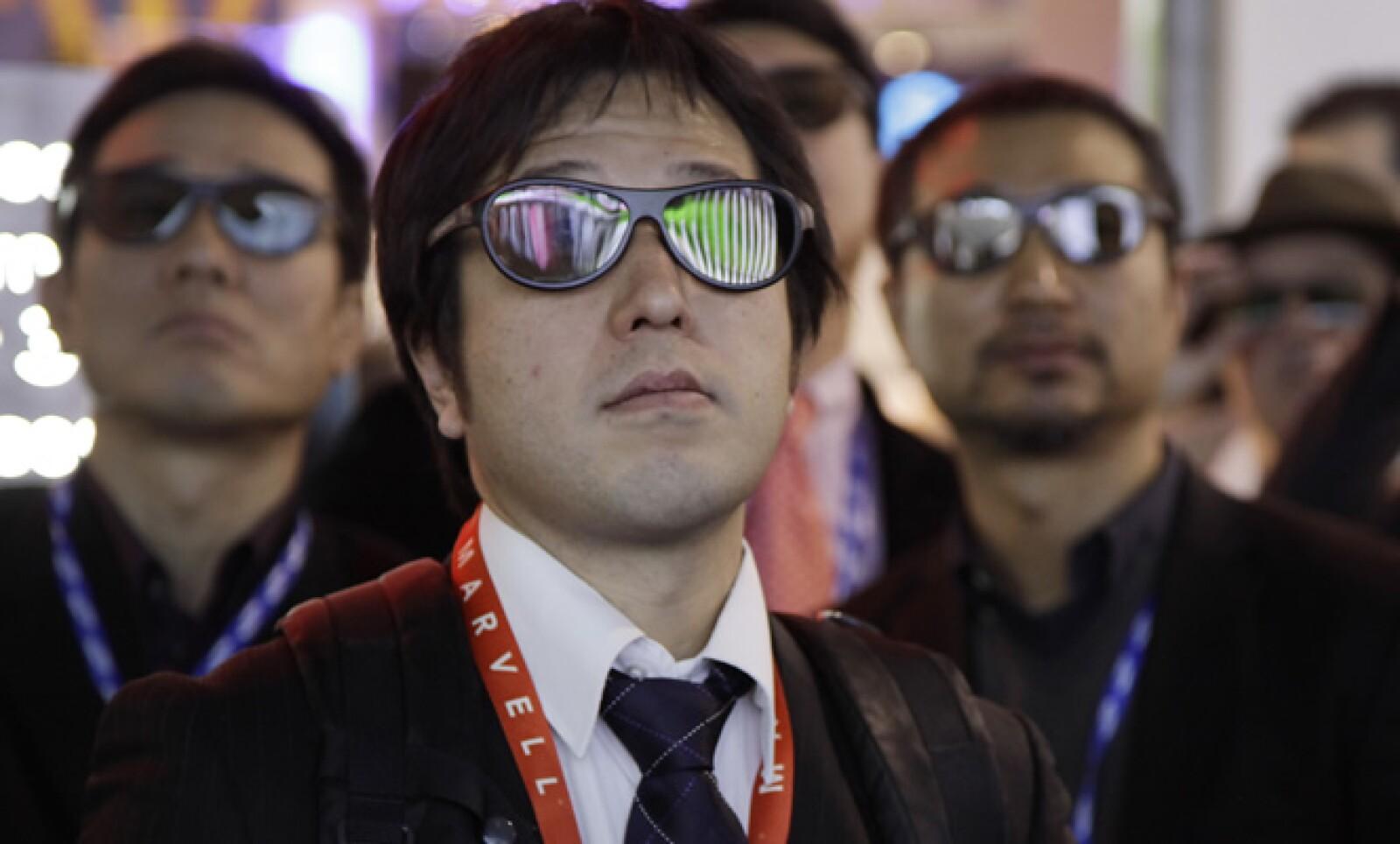 Asistentes a la convención se reúnen para ver una demostración en 3D de LG.