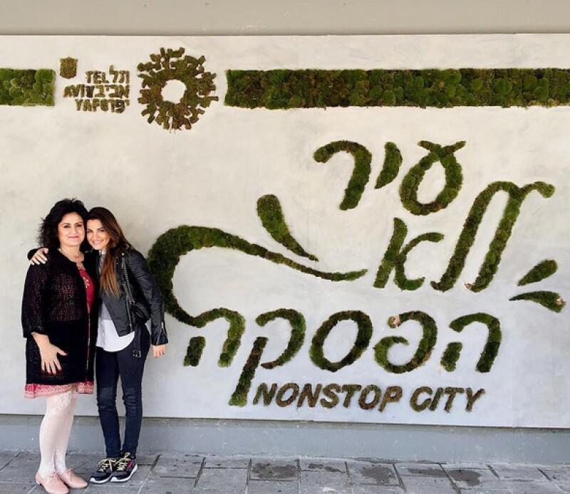 En la entrada del cityhall de Tel Aviv.