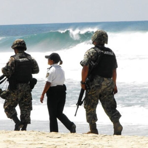 Autoridades oaxaqueñas vigilan en oleaje en Puerto Escondido