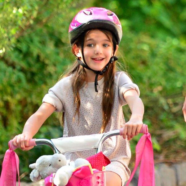 En bicicleta.