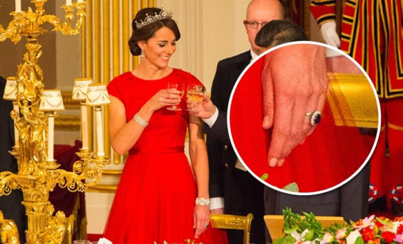 Y por supuesto el anillo de compromiso que le regaló el príncipe William, joya que originalmente le perteneció a Lady Di.