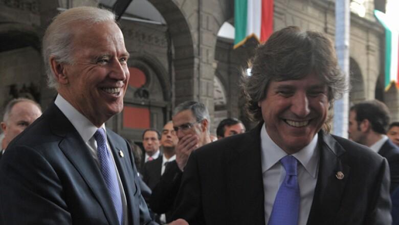 El vicepresidente de Estados Unidos, Joseph Biden, saluda a su homólogo argentino Amado Boudou.
