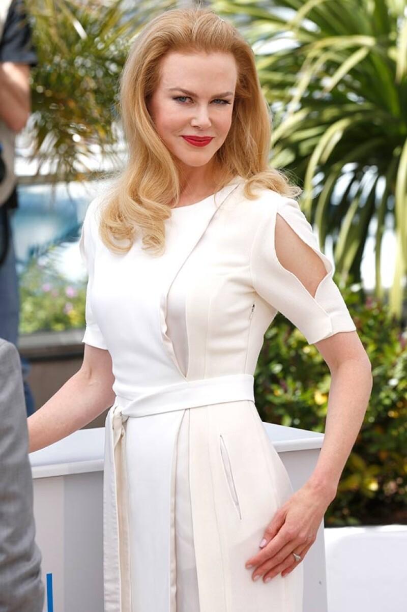 La actriz robó todas las miradas a su llegada al festival, donde lució impecable en blanco.