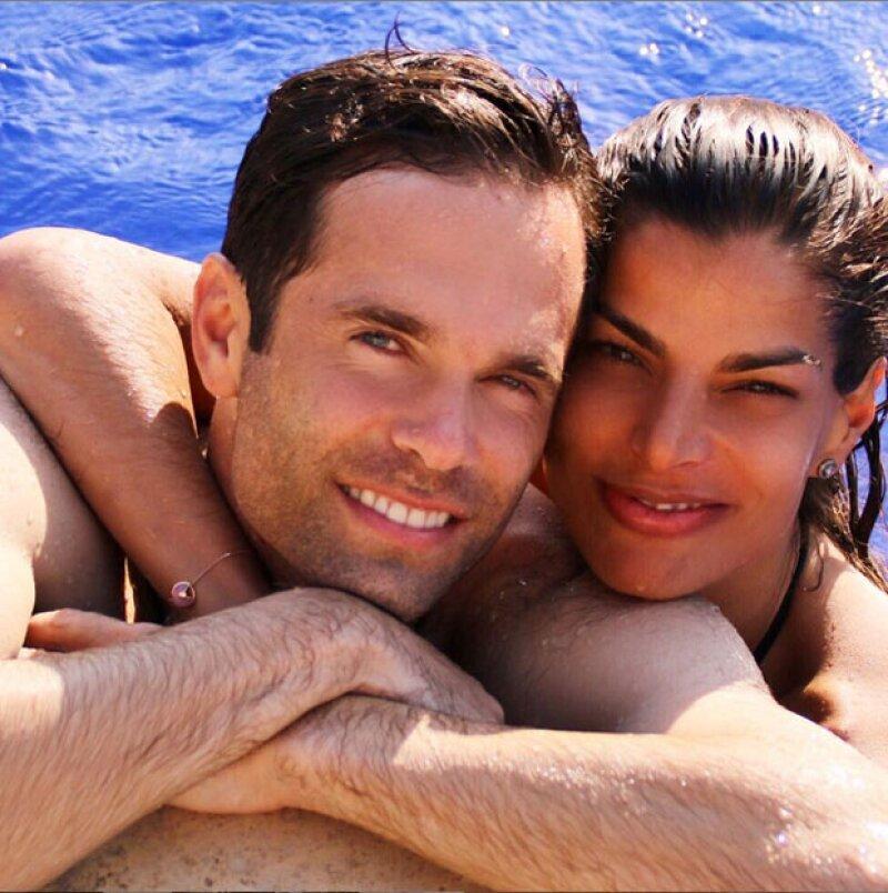 La guapa empresaria le ha puesto punto final a su cosmopolita viaje por Europa, regresando muy bien acompañada por su novio, Alejandro Amaya.