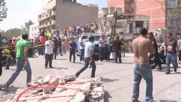 Desconocidos hacen equipo para salvar vidas bajo los escombros en CDMX