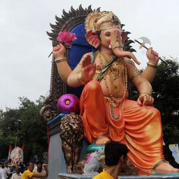 Dios hindu ganesh en un desfile