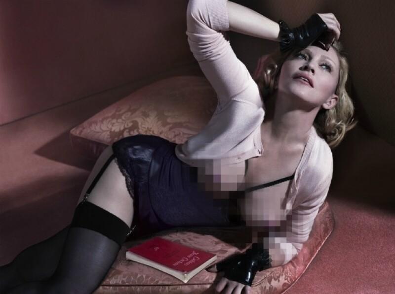 El más reciente topless de la cantante, posando sin inhibición a sus 56 años.