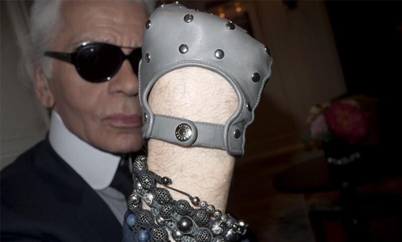 Karl también usa su joyería