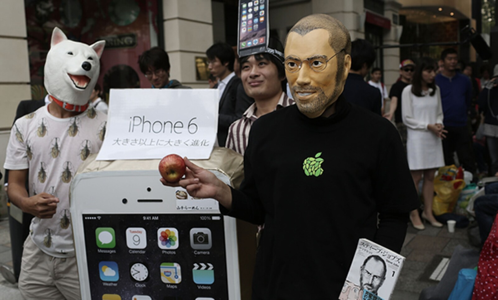Un aficionado de Japón decidió ir por su iPhone 6 caracterizado como el creador de Apple.