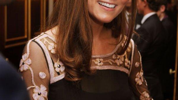 Kate Middleton usó un vestido negro con detalles de flores, el diseño es de Alice Temperley.