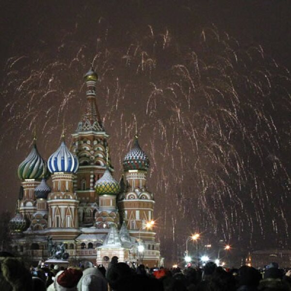 La Plaza Roja de Moscú festejó con pirotecnia la llegada del nuevo año.