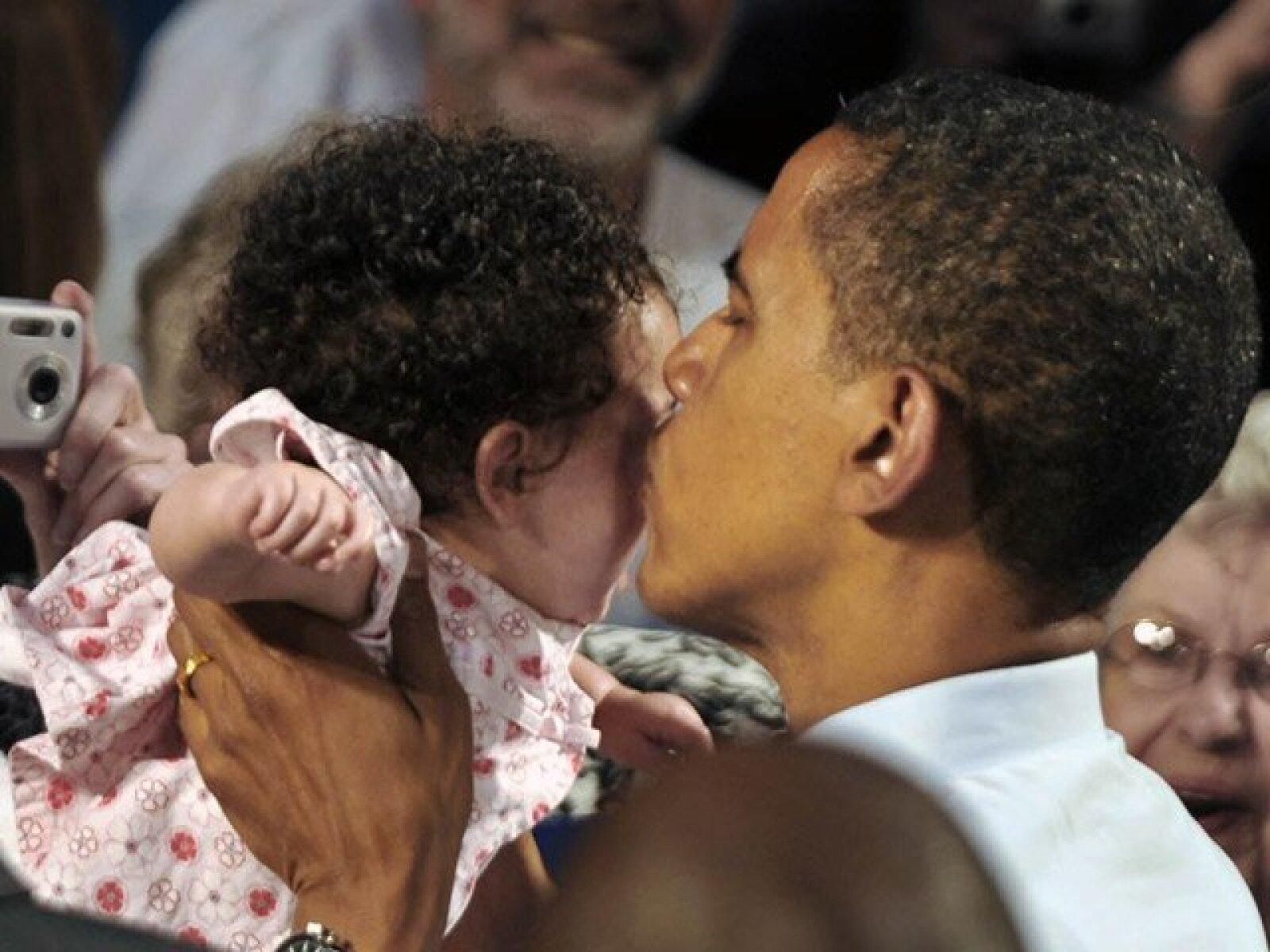 Besos para todas, sin importar color, edad o estatura, sólo importaban las porras o los votos.