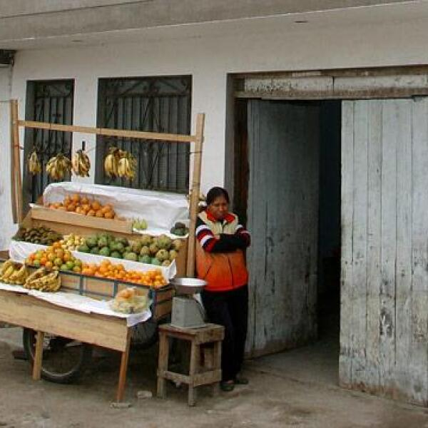 La abuela Natividad se gana la vida vendiendo frutas delante de su casa.