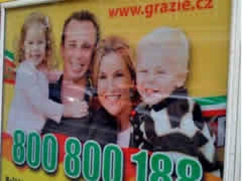La foto familiar se convirtió en un anuncio en Praga. (Foto: AP)