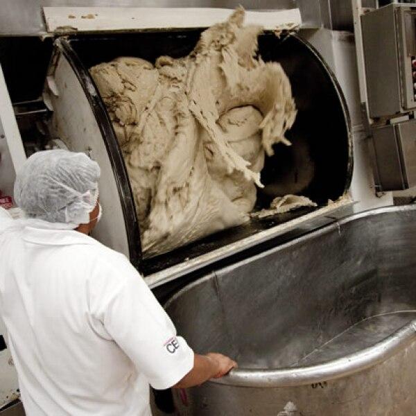 La harina llega a m�quinas de amasado para trasladarla a los equipos de producci�n