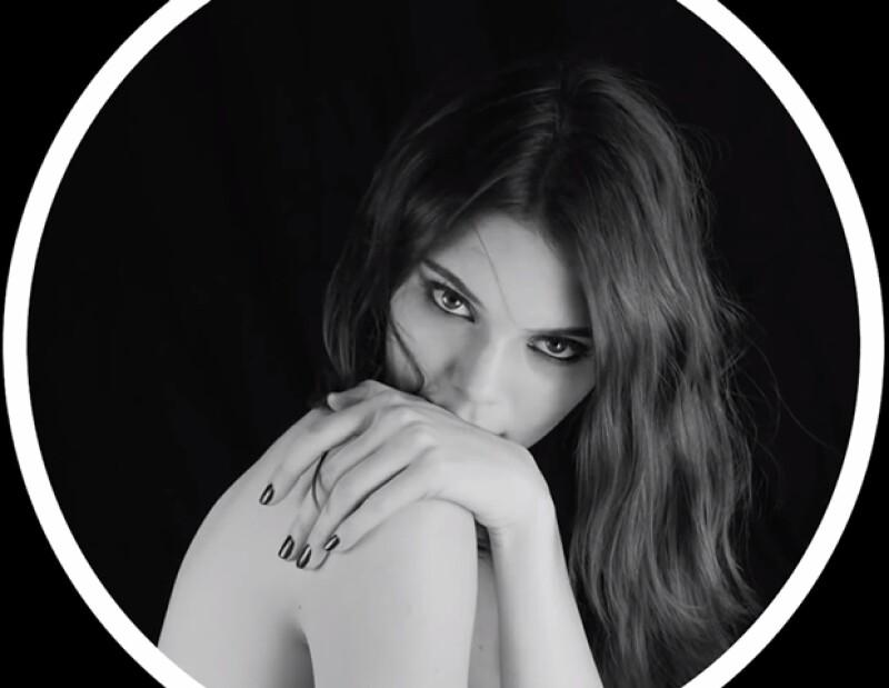 Después de firmar contrato con Estée Lauder, vemos el primer video de la modelo donde presenta el nuevo producto de la marca.