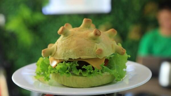 La 'coronaburger' es la estrella de este restaurante en Vietnam