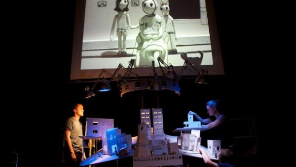 Llega a la Ciudad de México una puesta internacional que combina la manipulación de objetos, paisajes sonoros y tecnología multimedia.