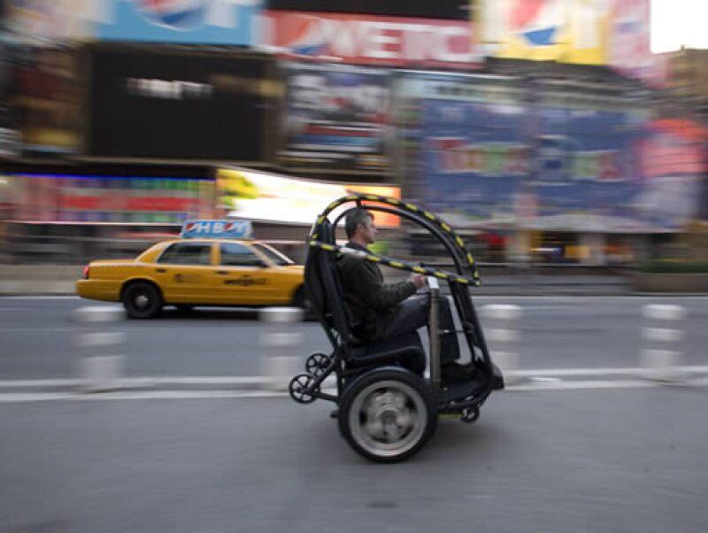 El PUMA tiene dos plazas y puede viajar a una velocidad de hasta 56 kilómetros por hora.