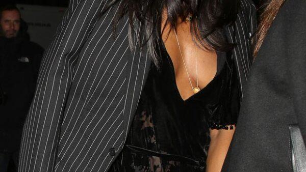 La supermodelo no pasó desapercibida durante su partida de la fiesta que organizó Madonna, pues sin querer enseñó de más con su atrevido outfit.