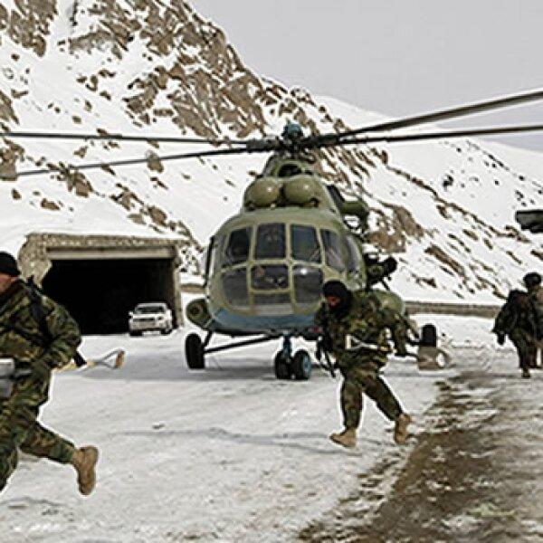 soldados descienden de helicoptero para buscar sobrevivientes tras avalancha en afganistan