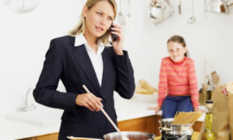 De acuerdo con estimaciones del INEGI, de cada 100 viviendas en el país 25 están a cargo de una mujer. (Foto: Thinkstock)