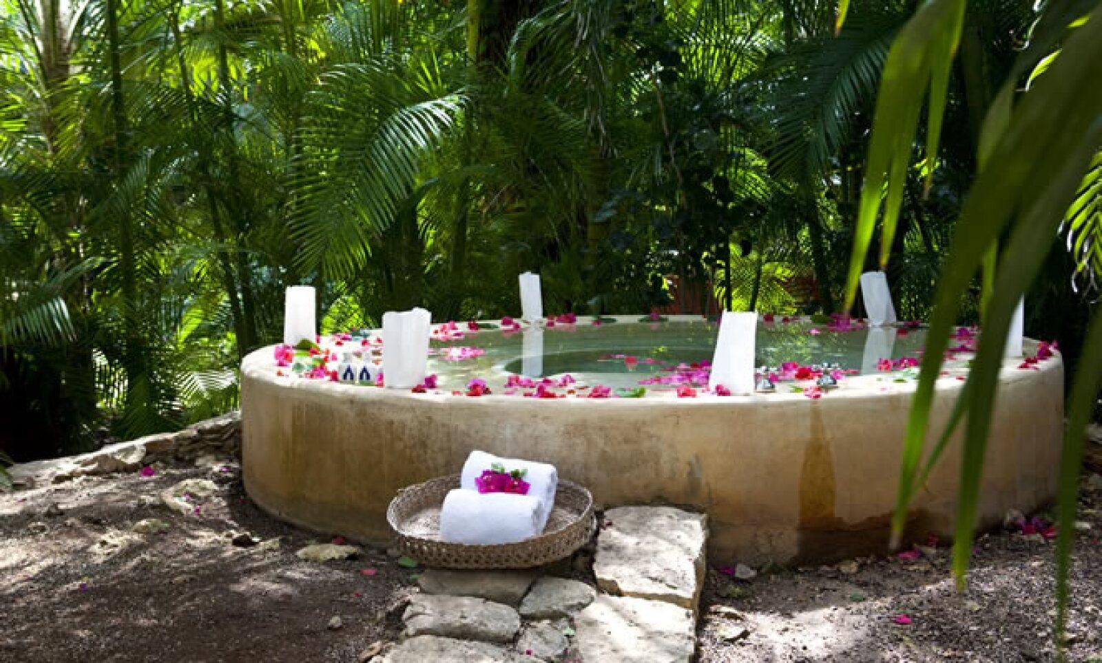Cuenta con 15 habitaciones, suites y villas mayas rodeadas de vegetación y prácticamente todas forman parte de los edificios originales.