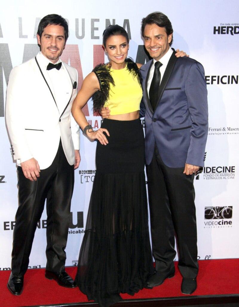 """Los tres famosos lucieron guapos y elegantes a su paso por la red carpet de la película """"A la Mala""""."""