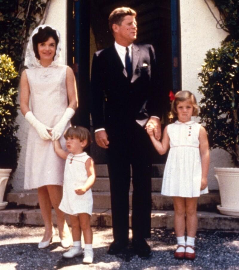 John tuvo dos hijos con su esposa Jacqueline; John y Caroline.